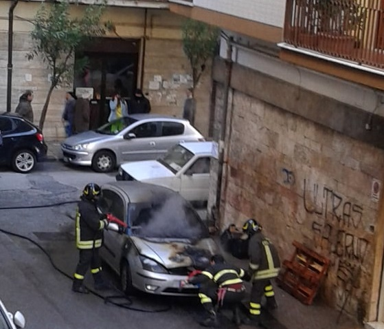 salerno incendio auto