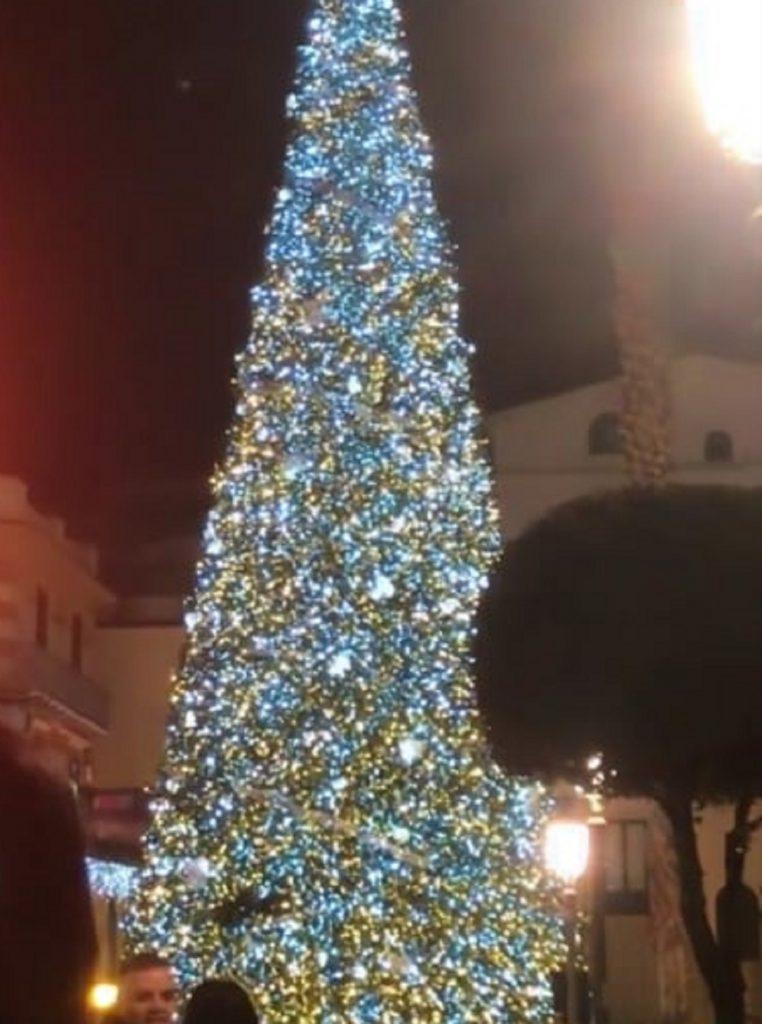 Albero Di Natale A Napoli.Accensione Albero Di Natale Di Salerno 2019 La Diretta Dell Evento Via Webcam Notizie Audaci