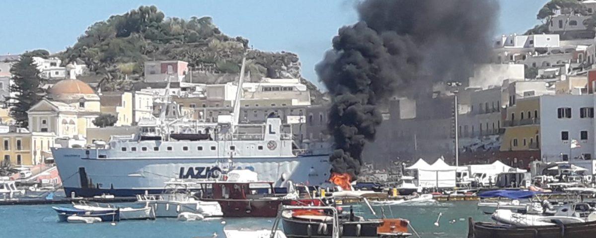 motoscafo incendio ponza